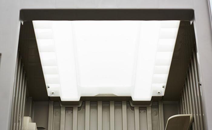 天井パネル<br /> 光の透過性のよい材質を使用し、室内は驚くくらいの明るさです