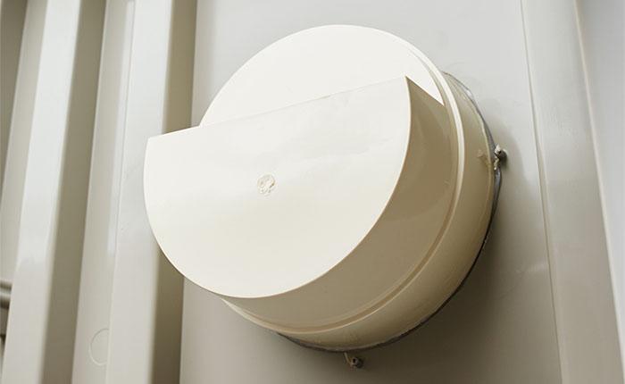 ガラリ<br /> 両面にある通気孔で室内に風を通します。
